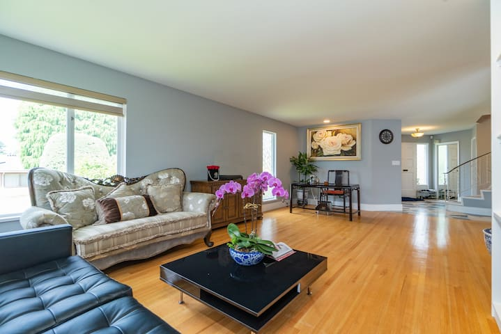 Charming and Elegant,  4 bdr residence in Oakridge