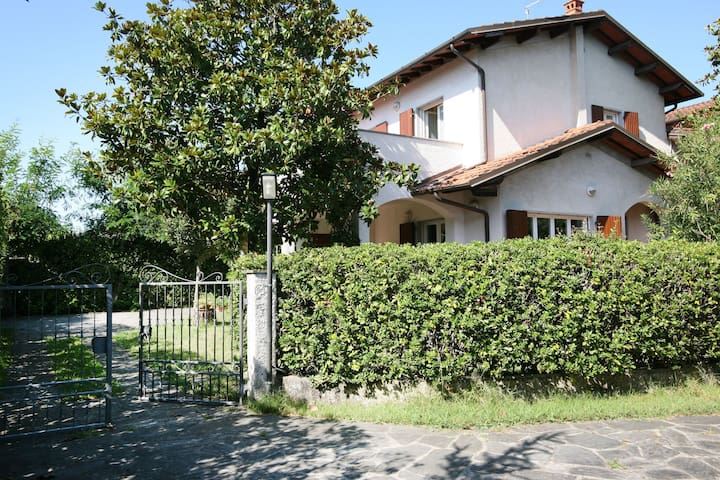 Villa in Forte dei Marmi for 8 People with Garden and WiFi