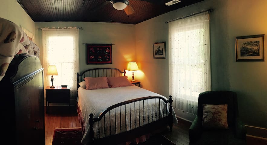 Classic & Cozy B&B: The Holly Room - Pittsboro - Departamento
