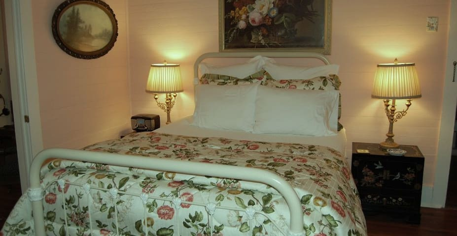 Grady House Bed & Breakfast - Peach Room