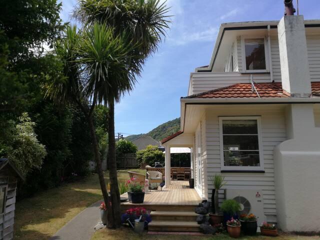 Studio Tawa - private balcony & 5 mins to beach