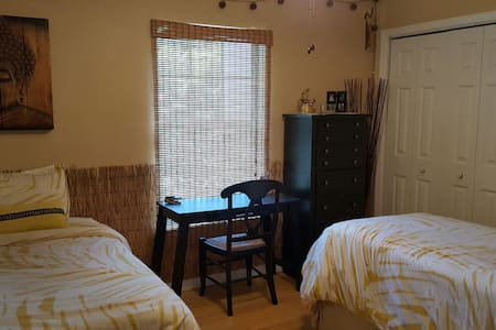 Cozy room, 5-mintue drive to beach. - Haus