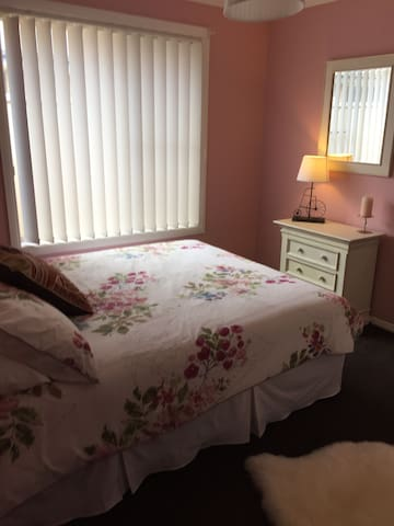 Pretty room close to town centre - Dubbo - 一軒家