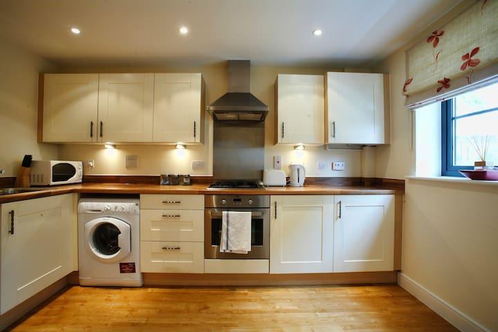 Farnborough Wallis Square (Four Bedroom Apartment) - Farnborough - Hus