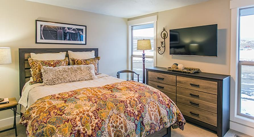 Red Hawk Ranch 3, home only minutes from Winter Park Resort, new hot tub