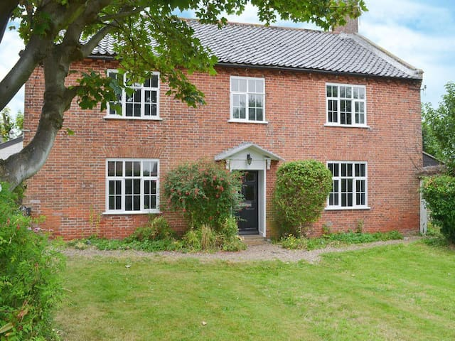 Spacious house, 6min walk to beach - Bacton
