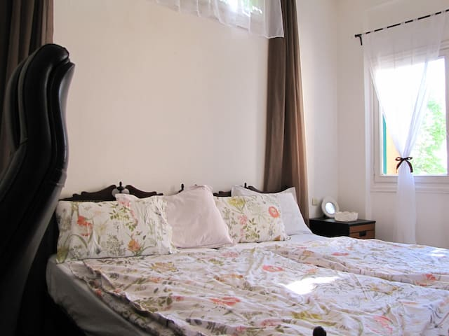 Sunny room in a cozy apartment in Achrafieh