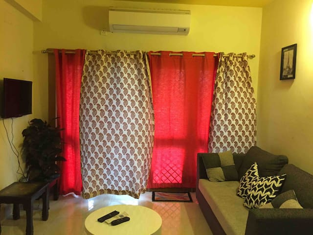 Aat Deholi (8 balconies) Cozy, blissful apartment near Pride hotel, Newtown With 2balconies ,open well lighted Fully equipped kitchen ,fridge microwave
