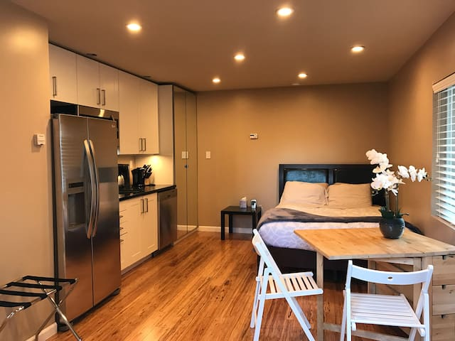 Upscale studio w/bath+kitchen. Faceb00k, G00gle - East Palo Alto - Appartamento