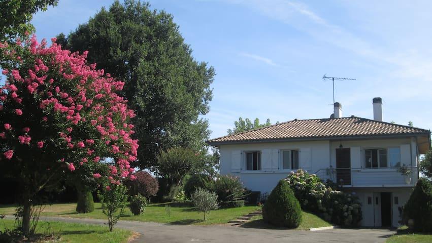 Maison dans parc arboré en campagne, 4km centre.