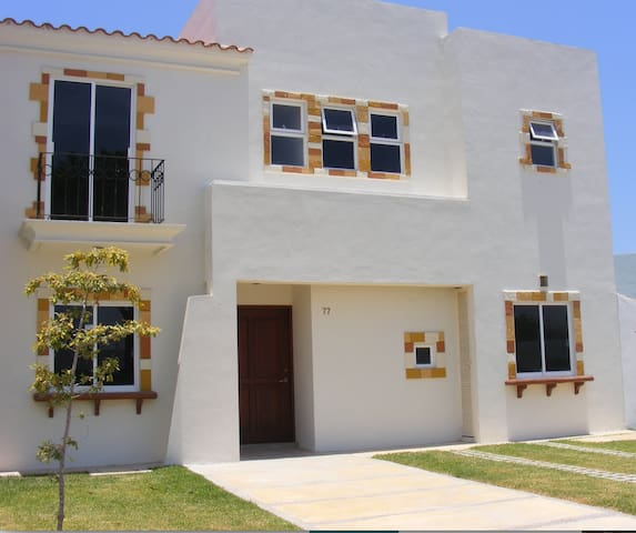 4 Bedroom Home in Marina 5 minutes from beaches