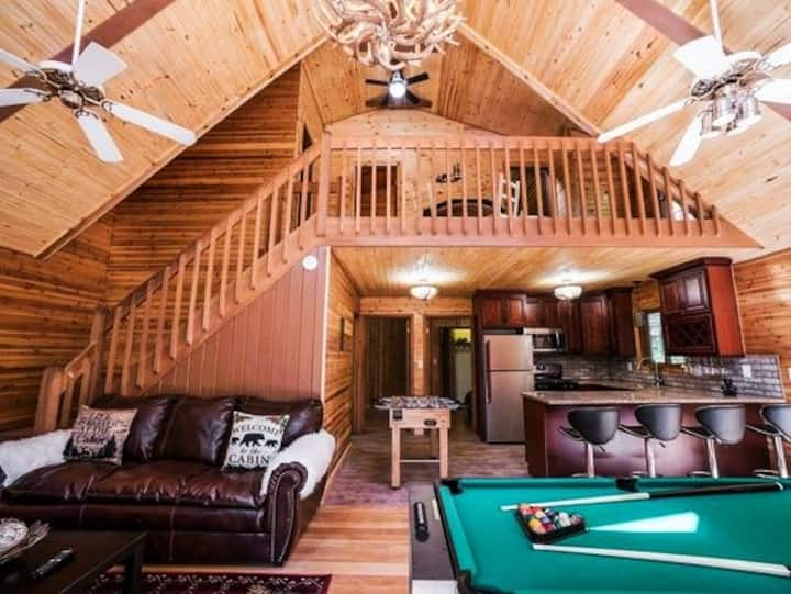 Gorgeous Pocono 4BR/2BA Craftsman Cabin w/Jacuzzi