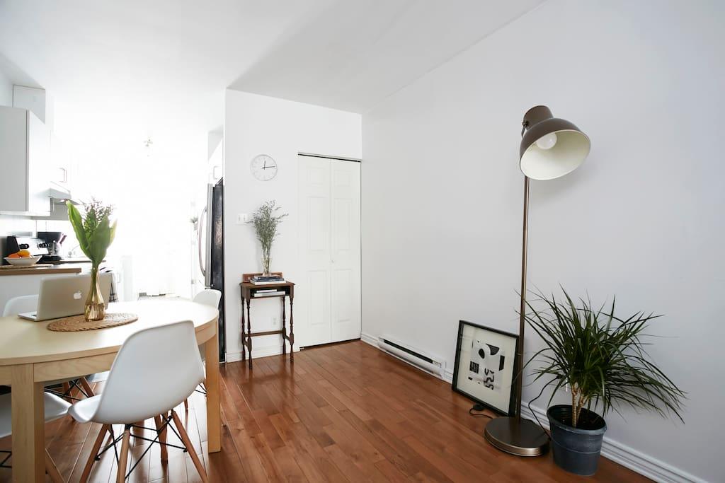 pièce centrale style loft: salon, salle à manger et cuisine à air ouverte