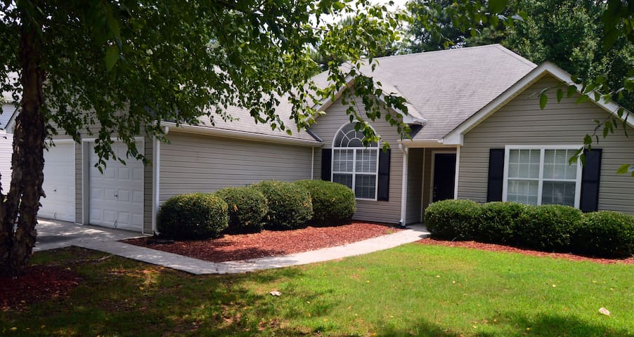 Cozy Atlanta Metro Area Master Bedroom in a House - Snellville - Dom