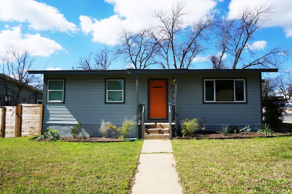 Great 1960s bungalow 1 block from Manor Road!