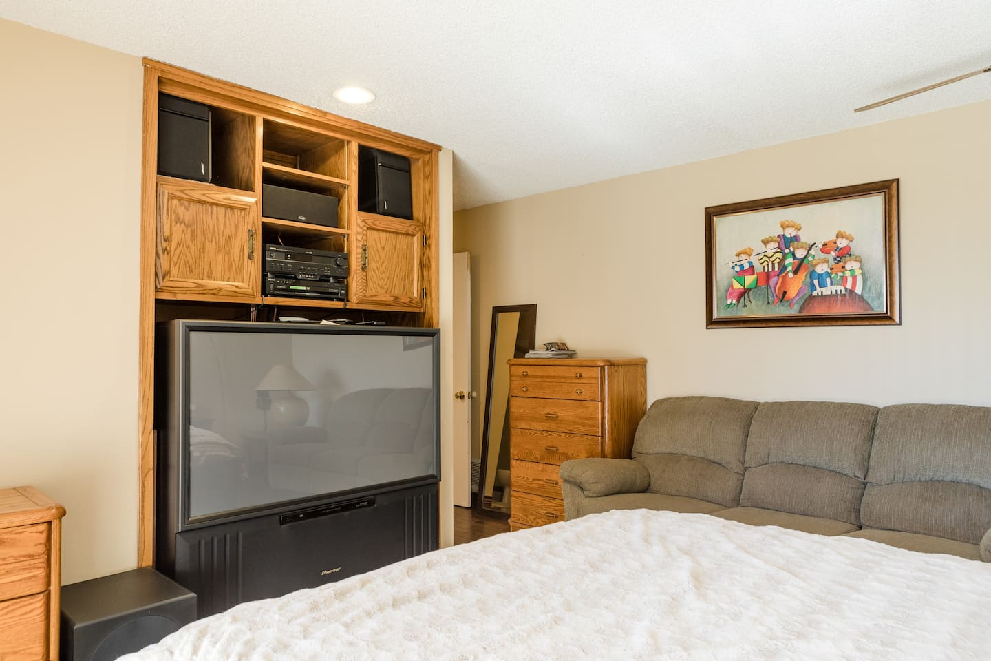 2nd queen size bed room with big screen TV and audio surrounding system