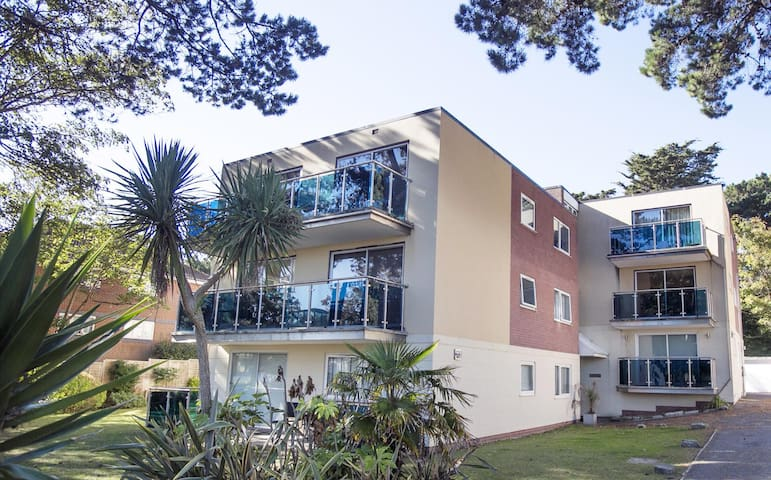 Come and self isolate in stunning Dorset - Deluxe Sandbanks Peninsula Apartment