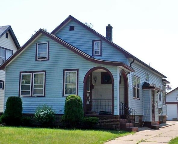 Buffalo, NY - USA Home (Quiet Neighborhood)