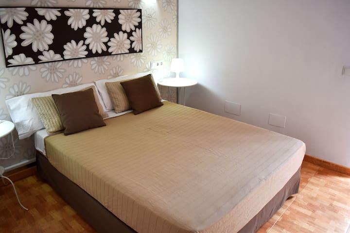 dormitorio principal con baño en suite planta baja