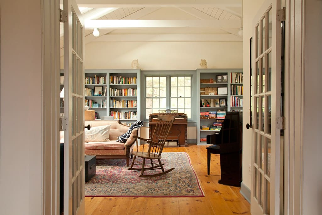 Spacious, airy library / living room