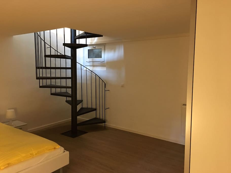 Schlafzimmer und Treppe zum Wohnzimmer