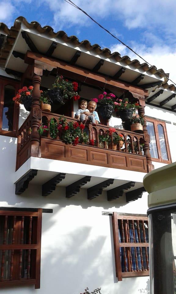 fachada y balcón de la habitación