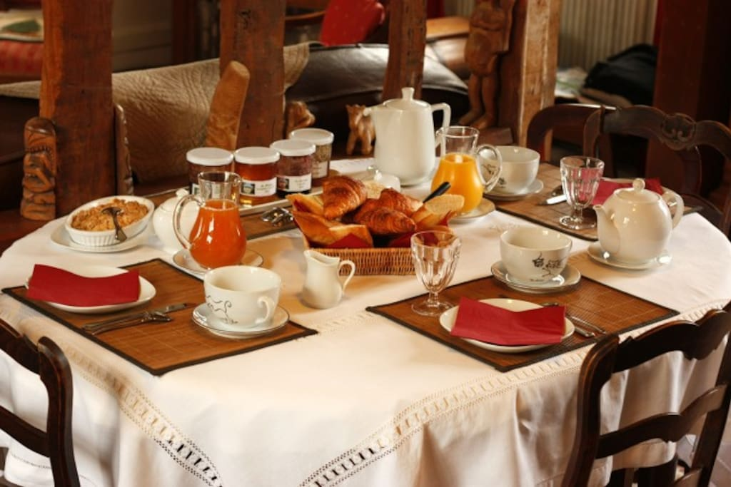 La m zeray chambre bleue bed breakfasts for rent in drubec basse normandie france - Table petit dejeuner lit ...