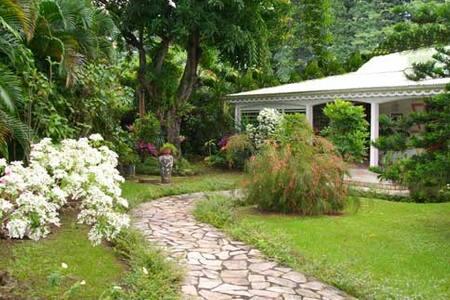 Villa coloniale en bois du pays