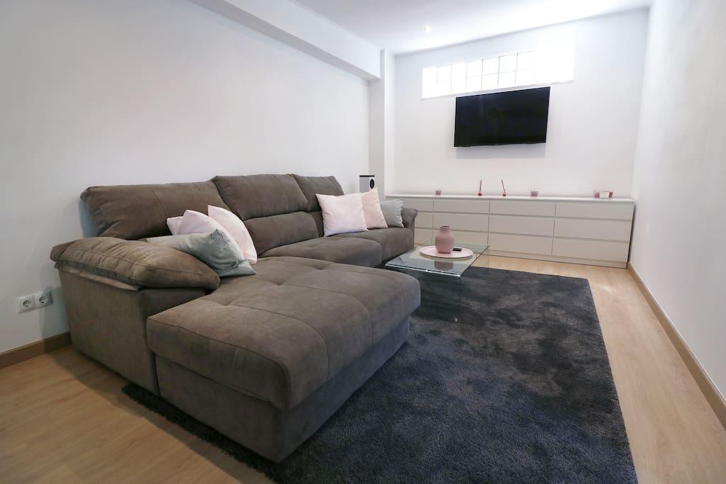 Große gemütliche Couch und TV-Ecke (mit Sony-Fernseher, deutschen Sendern und NETFLIX).