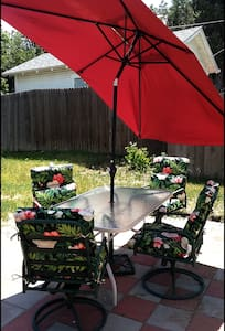 2BR House;  PRIVATE Yard/BBQ, Big Patio, 420 :-) - Englewood - Casa