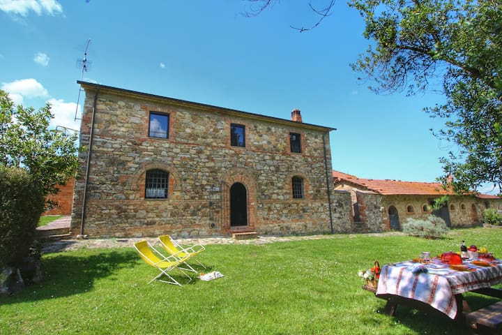 Cozy apartment in an old farmhouse on an estate near Piazze
