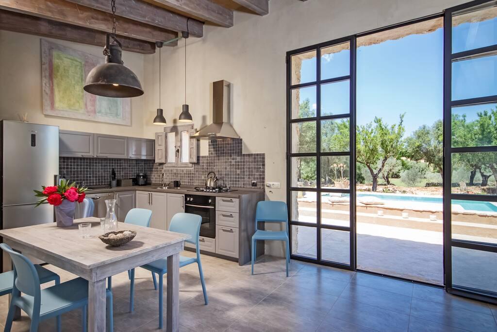 ....moderne Küche mit direktem Terrassenzugang