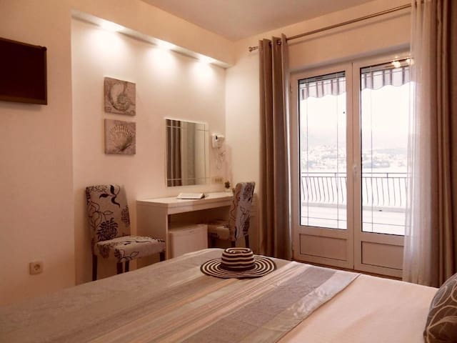 Private 4-star room, with own bathroom and sea-view in Villa del Mar - luxury Villa with own private beach 20 meters away.