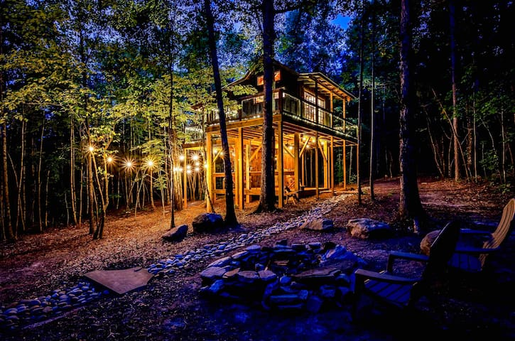 THE BELLA LUNA Romantic Mountain Treehouse