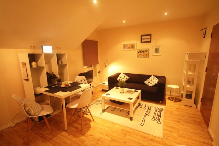 Bright, modern and central 2 bed apt, sleeps 4