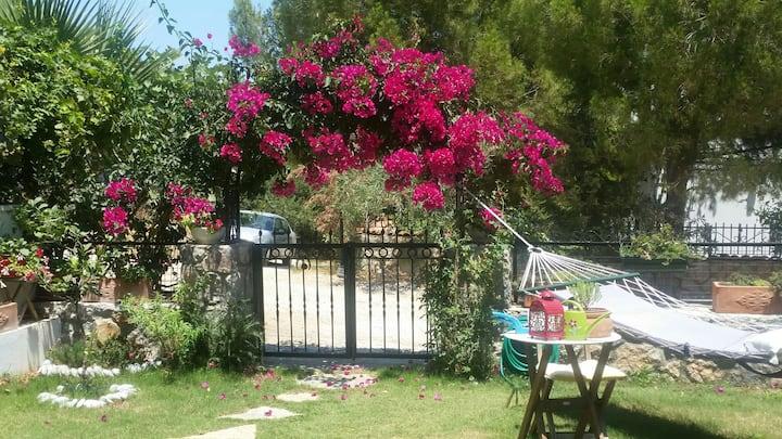 Datçanın en güzel koyunda özenle döşenmiş bir ev..