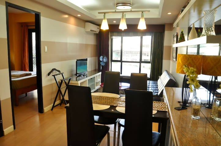Location!1BR w/Balcony&View. Clean. Top Service! - Taguig City - Apartment