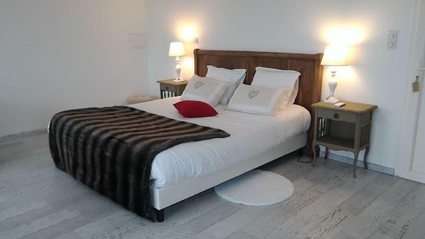 Chambre / studio 40 m2 avec  kitchenette - Berbiguières - Bed & Breakfast