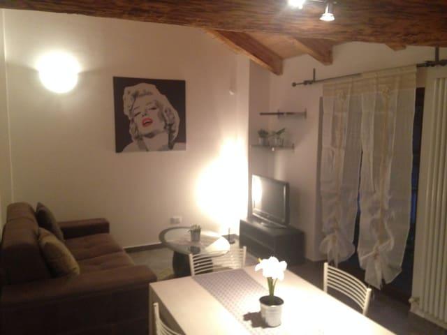 Graziosa mansarda con soffitto travi a vista - Nus