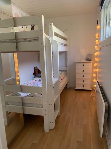Stugans mindre sovrum med våningssäng (90 cm breda)