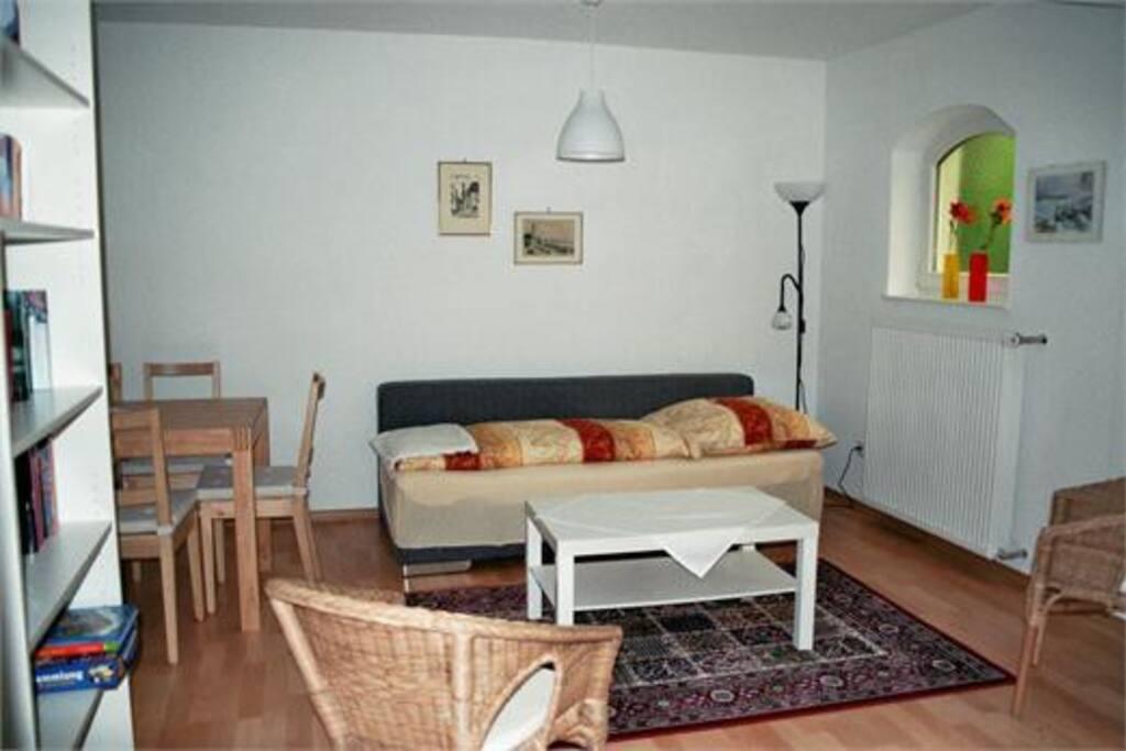 gemütliches Wohnzimmer mit Schlafsofa für 2 Personen