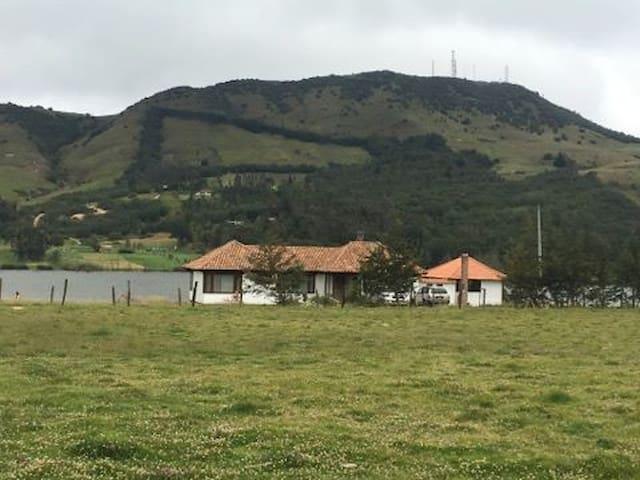 Hermosa casa campestre  frente a laguna de Suesca - Suesca