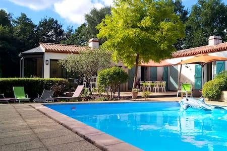 Belle maison avec piscine et tennis - House