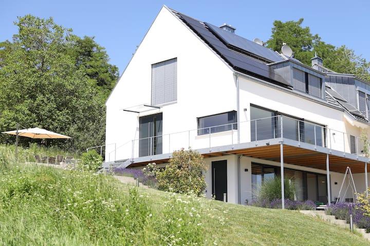 Ferienwohnung mit Seeblick - modern & komfortabel