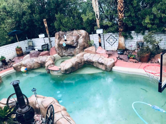A cozy Tropical Oasis just minutes from the strip!