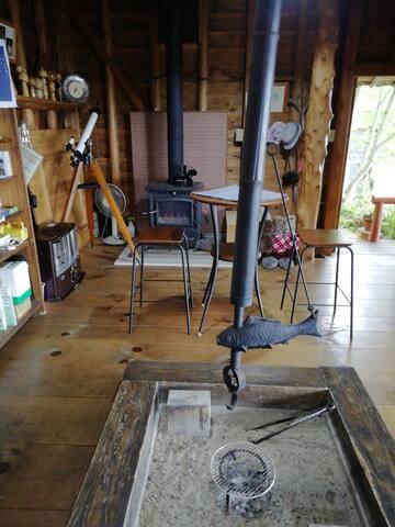 囲炉裏と薪ストーブのある居間