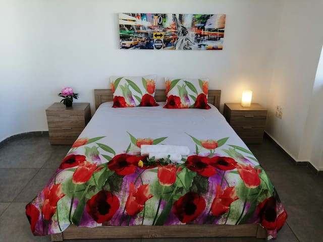 King-Size Bed w/ Nightstands