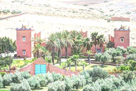 EcoKasbah Talamanzou:  Authentique kasbah berbère.