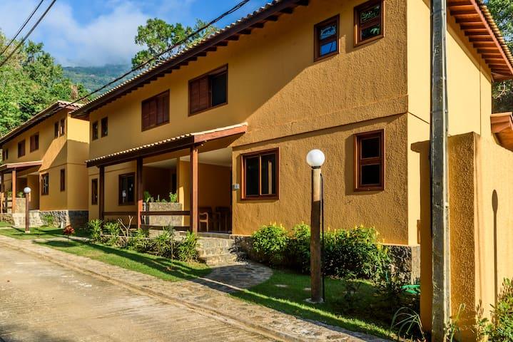 Linda casa, condomínio fechado, 3 suítes com 180m2