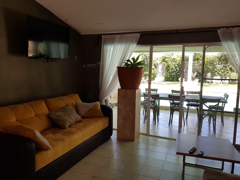 Sala con Sofá Cama y TV con Sistema de paga
